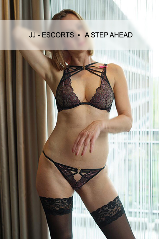 Escortlady-erotic-katja-dresden-schwarze-dessous-am-fenster-jj-escorts