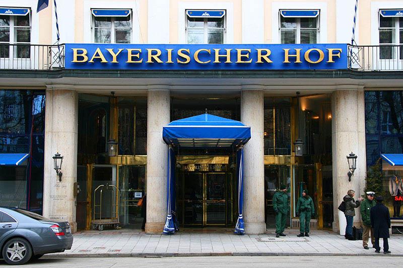 Restaurantempfehlungen München Trader Vics Eingang Bayerischer Hof