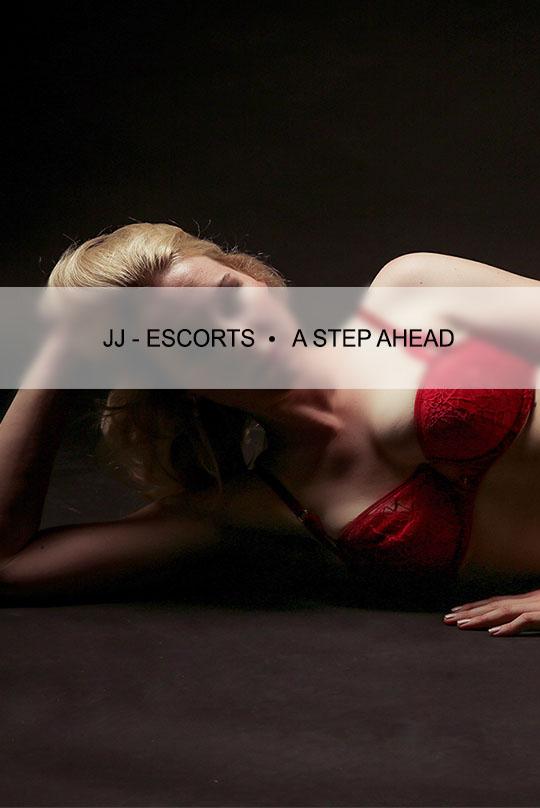 Escort Damen Emily Blurr liegend mit roten Dessous