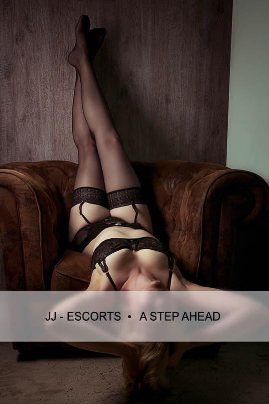 Escort Damen Emily Blurr liegende Position