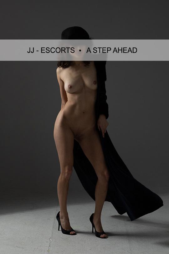 Escort Damen Jacky Berger nackt mit schwarzer Mütze