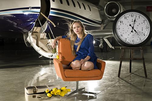 Escort Damen JJ-Escorts Jet Frau vor Privatjet