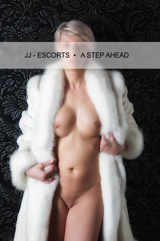 Escort Damen Johanna Alexa mit weißem Pelzmantel