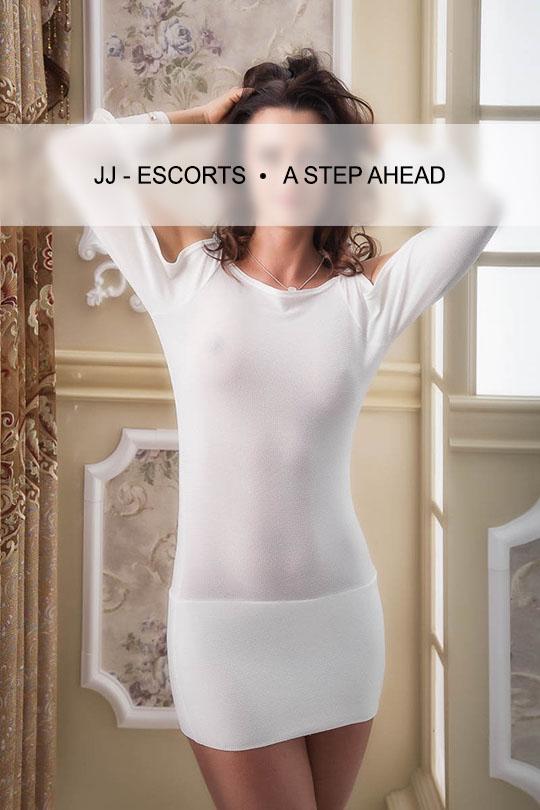 Escort Damen Maya Rubinho im weißen Kleid