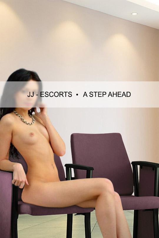 Escort Damen Sylvie Rais nackt sitzend