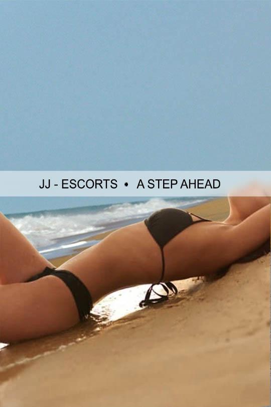 Escort Damen Giulia Lust im Bikini am Strand liegend