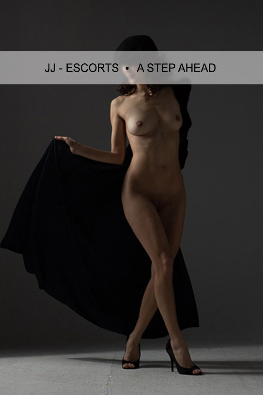 Escort Damen Jacky Berger nackt mit schwarzem Mantel