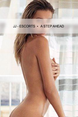 Escort Damen Nina Kern mit nacktem Oberkörper
